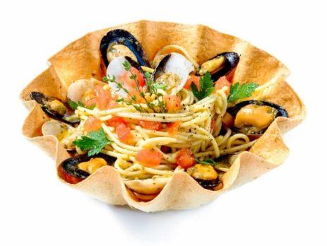 pasta ai frutti di mare in cestino di pane