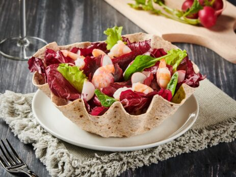 Insalata in rosso di radicchio e gamberi in cestino di pane